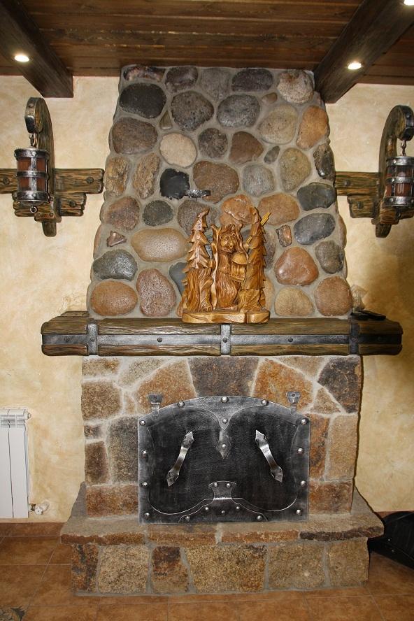 камин в холле гостевого дома